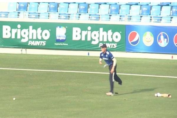 फील्डिंग करते समय बीच मैच में निकल गया इस खिलाड़ी का पैर, वीडियो वायरल