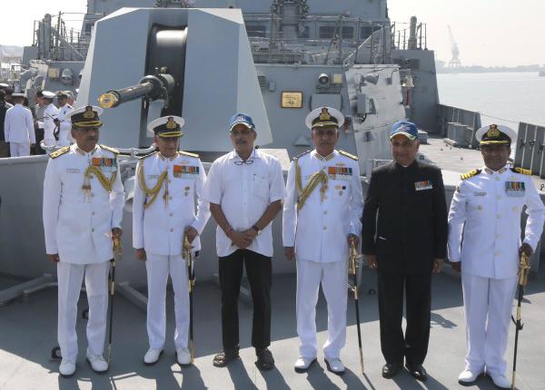 पनडुबीबी बनाने संबंधी दीर्घावधि योजना की समीक्षा करे नौसेना: पर्रिकर