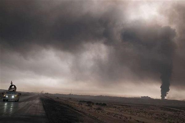 आतंकियों ने मोसुल के रास्ते किए बंद, तेल कुओं में लगाई आग
