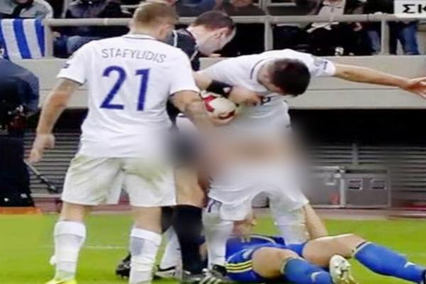 मैच के बीच इस फुटबॉल खिलाड़ी ने की शर्मसार हरकत