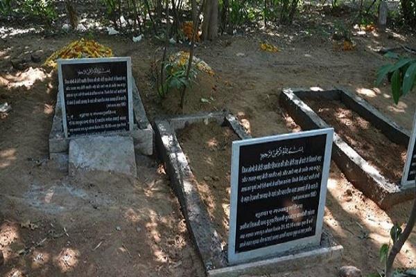 सिमी आतंकियों की कब्र पर लिखा 'शहीद'', पुलिस अभी तक अनजान