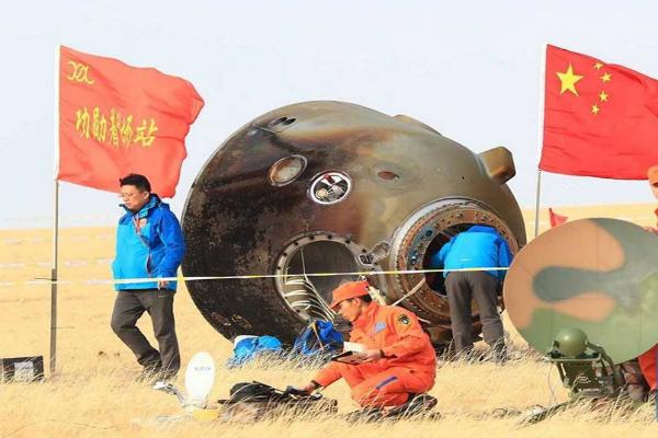 अंतरिक्ष यात्रियों सहित चीनी कैप्सूल पृथ्वी पर उतरा(Pics)