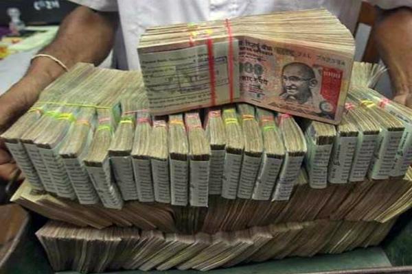 नोटबंदी के बाद बैंकों में अब तक जमा हुए 2 लाख करोड़ रुपए