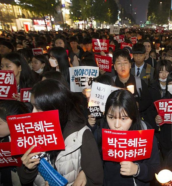 द.कोरियाई राष्ट्रपति के इस्तीफे की मांग को लेकर प्रदर्शन
