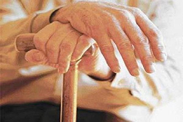 रुपए बदलवाने की कतार में खड़े बुजुर्ग की मौत