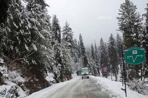 धरती के स्वर्ग कश्मीर में हुई सीजन की पहली बर्फबारी