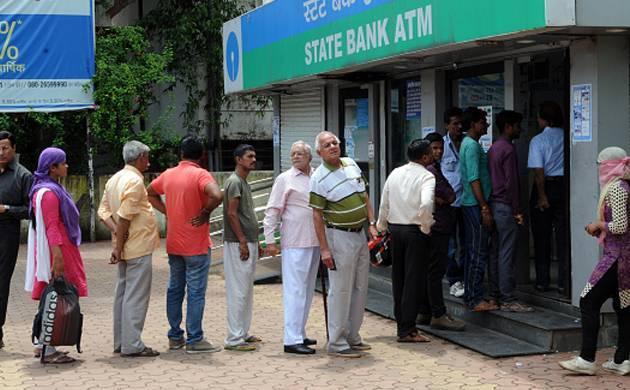 नोटबंदी: बैंकों में कैश न होने से लोग परेशान, आदेशों की हो रही अवहेलना