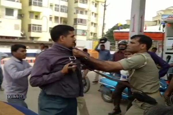 नोट बदलने गए लोगों को पुलिस ने लाठियों एवं बेल्ट से पीटा ,वीडियो वायरल