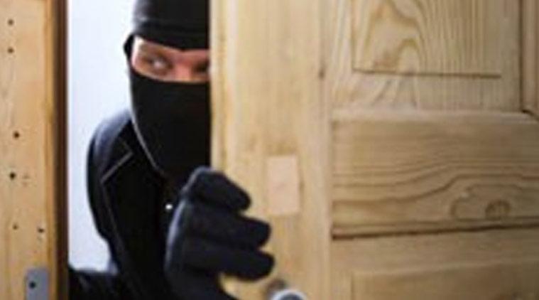 चोरों पर नोटबंदी का असर, IB इंस्पैक्टर के घर से 100-100 के नोट चुराए