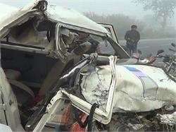 बस और कार की भिडंत में गाड़ी के उड़े परखच्चे, 3 की मौत