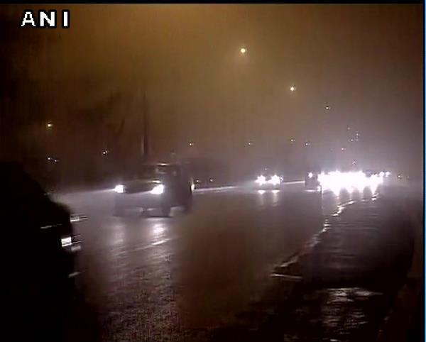 दिल्ली: कोहरे के कारण 61 ट्रेनें लेट व 3 उड़ानें रद्द