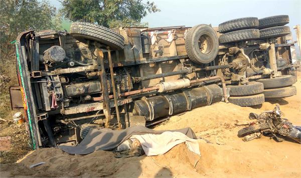 ट्रक ने कुचले 2 मोटरसाइकिल सवार