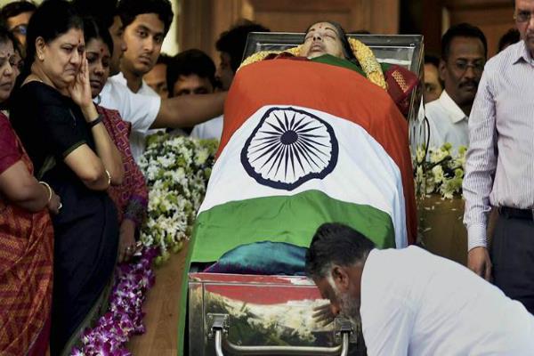 फिर से किया गया जयललिता का अंतिम संस्कार, शव की जगह रखी गुड़िया