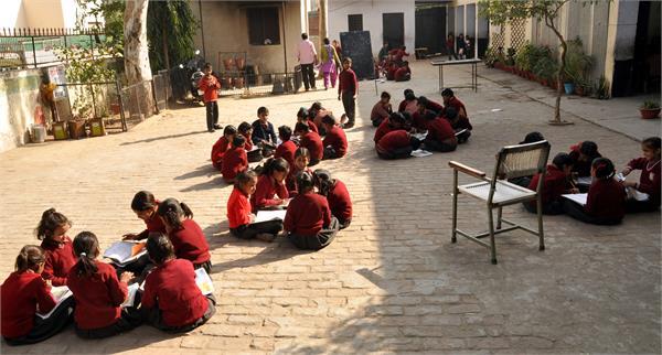 फोटो में देखें किस कदर पढ़ने को मजबूर हैं यह स्कूली बच्चे...