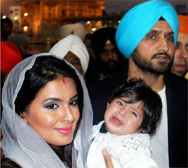 harbhajan singh visits golden temple with daughter and wife
