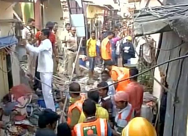 मुंबई में इमारत ढहने से 3 की मौत, 12 घायल(Pics)