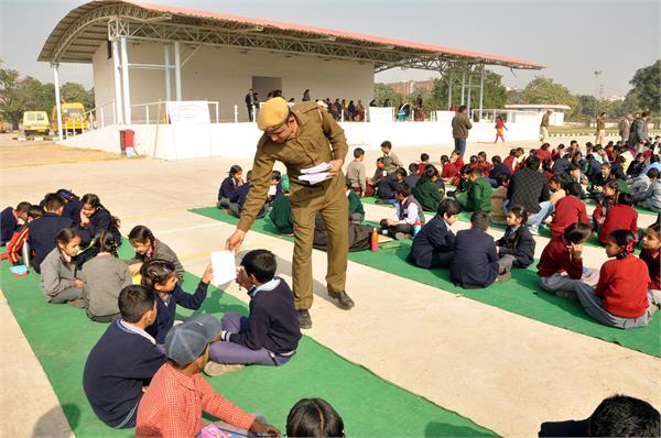 पुलिस ने खेलते खेलते हँसी मजाक में बच्चों को सिखाए ट्रैफिक नियम...