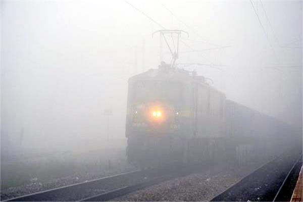 जारी है कोहरे का सितमः 197 ट्रेनें लेट, 98 रद्द