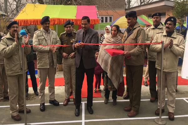 सीआरपीएफ ने श्रीनगर में स्कूली छात्रों के लिए बनाया बैडमिनटन कोर्ट