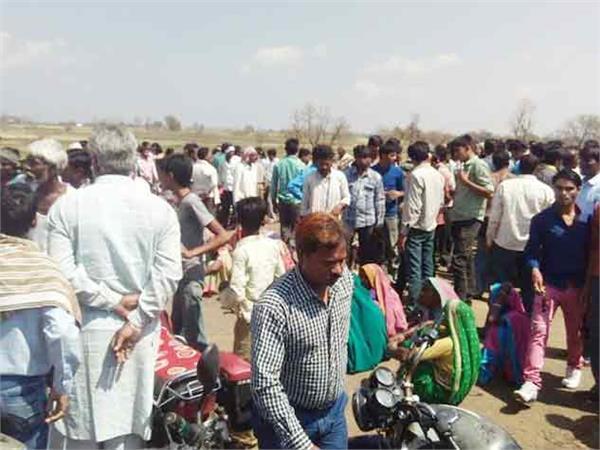 नगदी की समस्या से झल्लाये किसानों ने रास्ता किया जाम