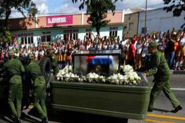 कस्त्रो की अंतिम यात्रा में शामिल हुए हजारों लोग