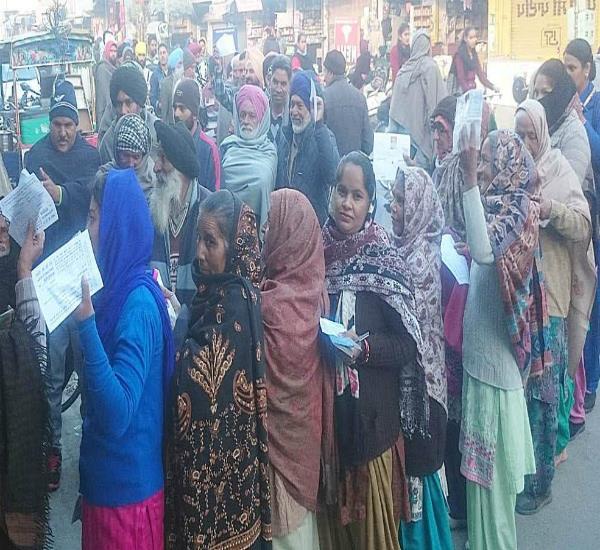 स्टेट बैंक ऑफ पटियाला की माहिलपुर शाखा के सामने लोगों ने किया मुजाहिरा