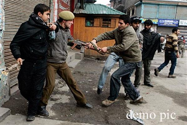 प्रदर्शनकारियों ने पुलिसकर्मी से  छीनी राइफल, पुलिस दल पर किया पत्थराव