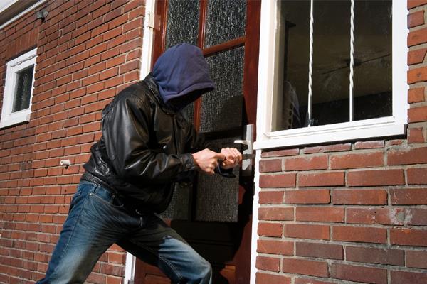 व्यक्ति को दोस्त से मिलने विदेश जाना पड़ा भारी, घर में लाखों की चोरी