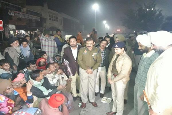 पुलिस कमिश्नर ने रेलवे स्टेशन के बाहर बेसहारा लोगों को बांटे कंबल