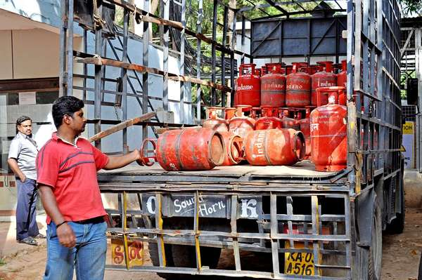 दुर्ग-6 गैस एजेंसियों में नापतौल विभाग ने दी दबिश