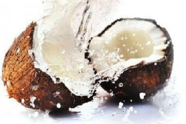 शास्त्र कहते हैं महिलाओं को नहीं फोड़ना चाहिए नारियल