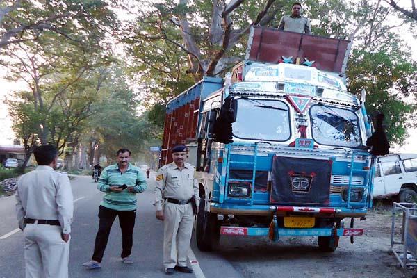 बड़ी कामयाबी : ट्रक से पकड़ा नशे का जखीरा, चालक गिरफ्तार