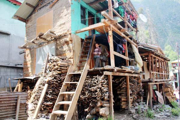 यहां हल्की सी चिंगारी से तबाह हो सकता है पूरा गांव, जानिए कैसे