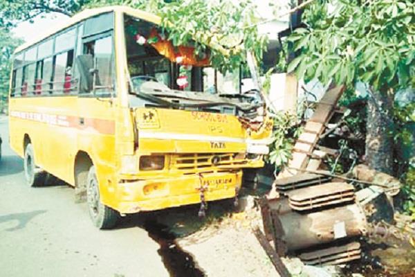 खंभे में नहीं था करंट वर्ना ड्राइवर सहित झुलस जाते 25 छात्र