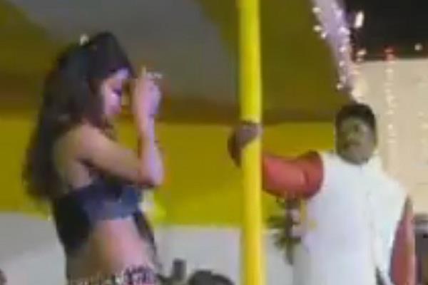 VIDEO: बार डांसर के साथ नीतीश के विधायक ने किया पोल डांस