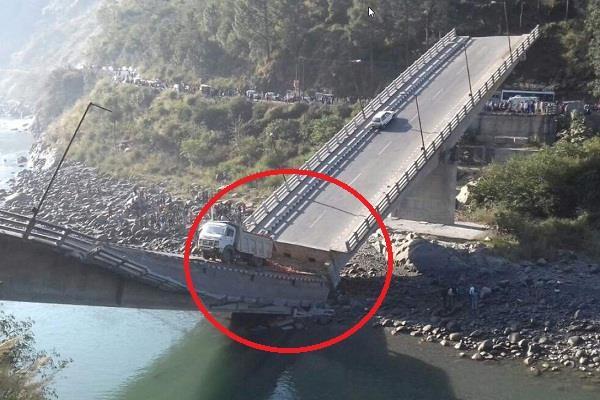 रावी नदी पर पुल गिरने के मामले ने पकड़ा तूल, कई अधिकारियों पर गिर सकती है गाज