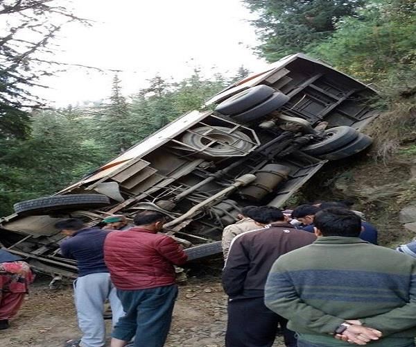 हिमाचल : 100 फीट गहरी खाई में गिरी बस, 2 की मौत 10 घायल