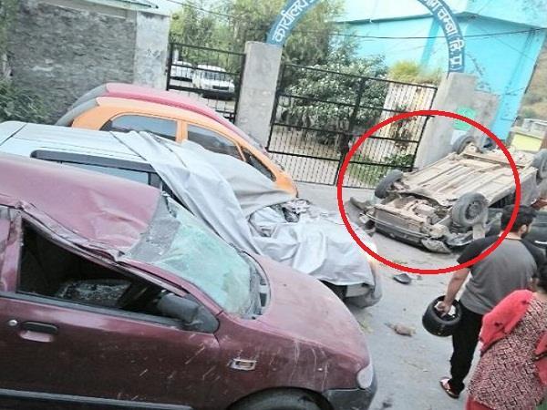 थाने के बाहर तेज रफ्तार कार ने 2 युवकों को रौंदा, कई गाड़ियों को मारी टक्कर