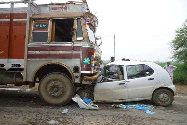 कार व ट्रक की टक्कर, 1 की मौत