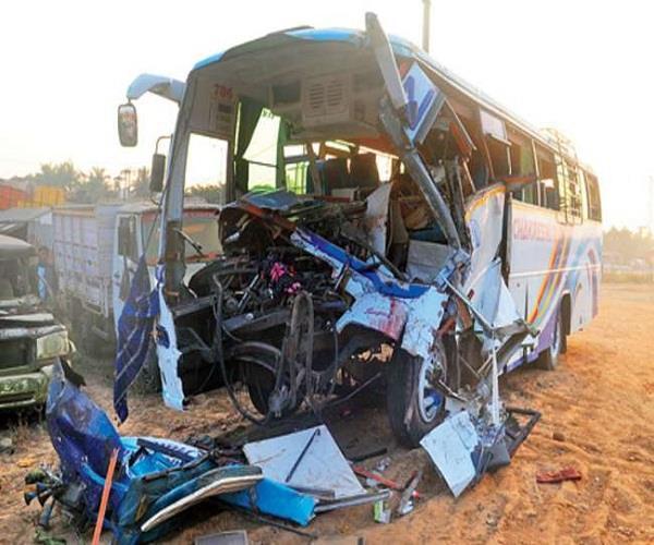 दर्दनाक हादसाः बसों की टक्कर में 2 की मौत, 30 घायल