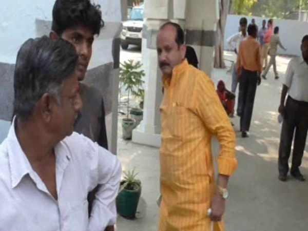 योगी के आदेशों की उड़ी धज्जियां, बीजेपी नेता ने SSP ऑफिस में थूका पान मसाला