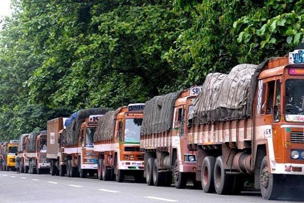 GST के विरोध के चलते यहां 10 हजार ट्रकों के थमे पहिए, उद्योग जगत पर पड़ेगा असर
