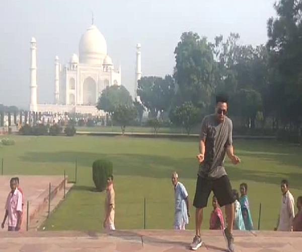 'ताजमहल' में विदेशी सैलानी का इंटरनेशनल डांस, वीडियो वायरल