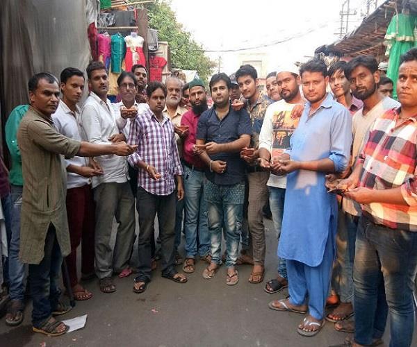 दिवाली के शुभ अवसर पर मुस्लिम भाइयों की अनोखी पहल, बांटे मिट्टी के दीए