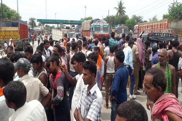 पश्चिम चंपारण में सड़क दुर्घटना में छात्रा समेत 2 की मौत