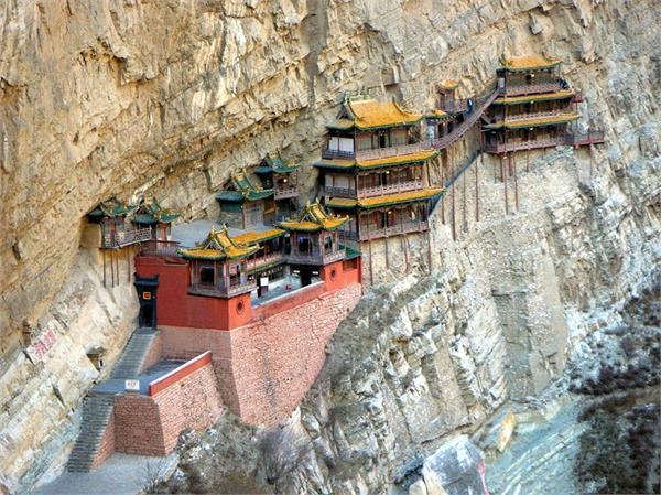 पहाड़ पर लटका है यह मंदिर, जाने वालों की अटक जाती हैं सांसे