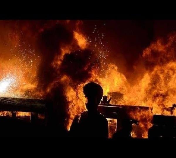 दीवाली के पटाखों से गत्ता फैक्टरी को लगी आग