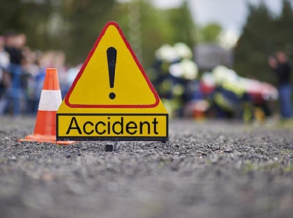पिकअप व कार की टक्कर में महिला घायल