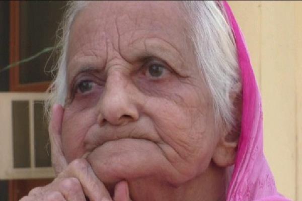 एक तरफ दिवाली की धूम, वहीं आखों में आंसू लिए बच्चों का इंतजार कर रही बुजुर्ग माताएं