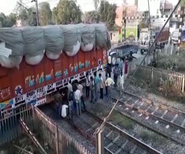 मथुरा-कासगंज लाइन के फाटक पर फंसा ट्रक, रेल यातायात 1 घंटे तक रहा ठप